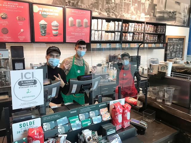 Les employés duStarbucks de ce centre commercial avaient beaucoup de temps libre samedi.