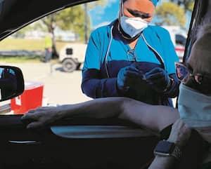 Lise Barry, 68ans, a été vaccinée contre la COVID-19 mardi matin dans son automobile, après un peu plus de deux heures d'attente.