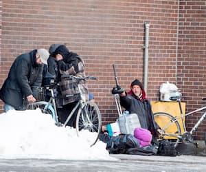 Les sans-abri, comme les personnes qui semblent être en situation d'itinérance sur cette photo prise mercredi à Montréal, seront sommés de respecter le couvre-feu du gouvernement du Québec et de se trouver à l'intérieur à partir de 20h, dès samedi.