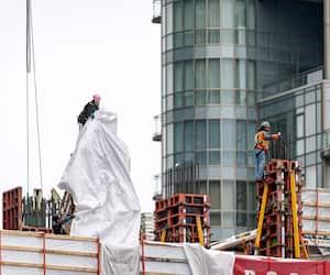 Plusieurs travailleurs étaient,hier, sur le chantier de deux nouvelles tours résidentielles, entièrement locatives, situé au coin du boulevard René-Lévesque Est et de la rue De Bleury, à Montréal.