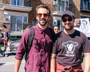 Notre journaliste Jean Balthazard (àgauche) a participé à une manifestation à Montréal où il a croisé Jean-François Fortin, arborant ici un t-shirt lié à la mouvance QAnon. Ce dernier acceptera deux mois plus tard d'expliquer ce qui l'a poussé à s'intéresser aux théories du complot.