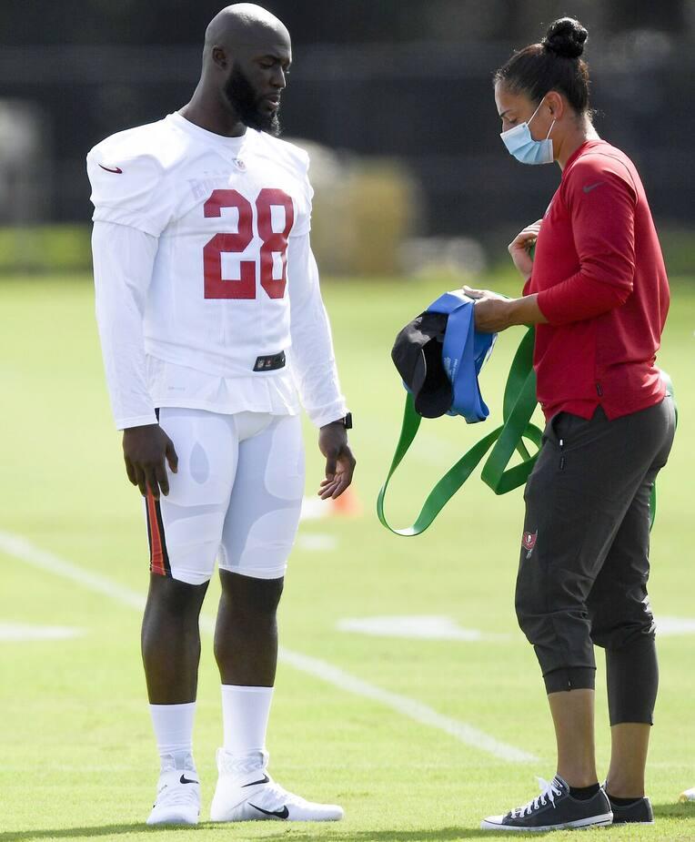 Maral Javadifar (a destra) fornisce il suo consiglio per i giocatori in formazione e riabilitazione.