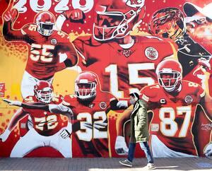 Une murale a été peinte en l'honneur des Chiefs sur un immeuble du centre-ville de Kansas City.