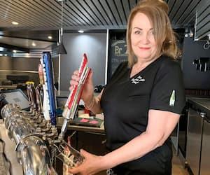 Linda Girard, propriétaire du restaurant Les 400 Coups, à Jonquière, dit être exténuée à force de jouer à la police pour faire respecter les nouvelles mesures dans son établissement.