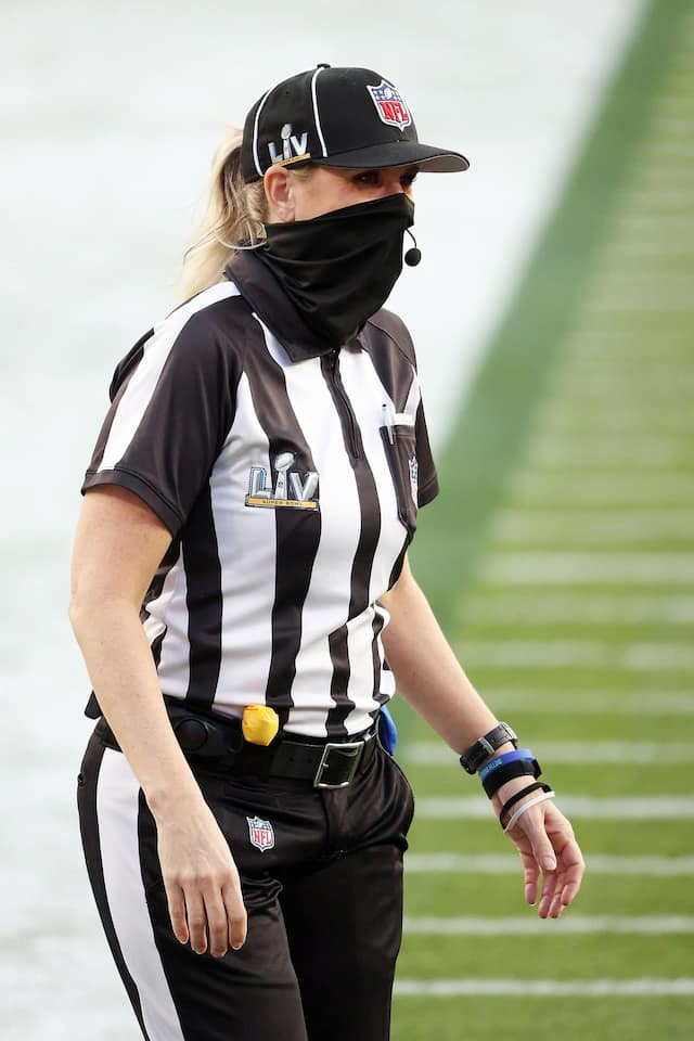Sarah Thomas est devenue la première femme à officier lors de la classique du Super Bowl. Depuis 2015, elle a endossé le chandail rayé à 92 occasions dans la NFL.