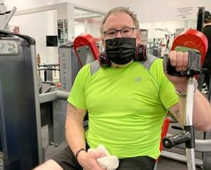 Robin Bouchard, qui a dû réapprendre à vivre avec des problèmes aux jambes à la suite d'un accident, considère son gym d'Alma comme une thérapie physique et psychologique.