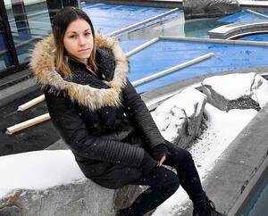 Mélissa Rioux-Ouellet, chef esthéticienne du Strøm Spa, dans le Vieux-Québec, est photographiée devant les bains vides.