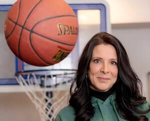 Après avoir travaillé pour les Alouettes durant 25ans, Annie Larouche amorce un nouveau chapitre avec la future équipe de basketball montréalaise.