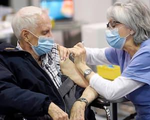 Pamphyle Lemay, 96ans, a été vacciné hier au Centre de foires de Québec.