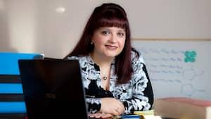 Cristina Mottillo, présidente-directrice générale de ACSYNAM, a reçu une bourse d'honneur de 25000$ du gouvernement du Québec pour son entreprise, qui développe de nouveaux carburants écologiques pour engins spatiaux et fusées.