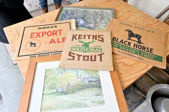 Pendant la prohibition, un débit de boisson avait été aménagé dans cette grange, où des Américains venaient consommer et acheter de l'alcool. L'ancien propriétaire y a récupéré des affiches en carton à l'effigie d'anciennes brasseries.