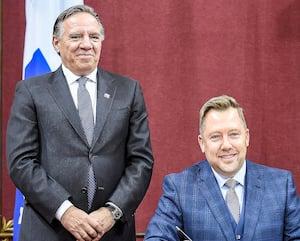 Assermentation du député Louis-Charles Thouin en octobre 2018, accompagné derrière par le nouveau premier ministre François Legault après la victoire de la Coalition avenir Québec.