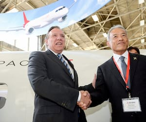 La multinationale japonaise Mitsubishi a été la première compagnie à bénéficier d'un prêt «pardonnable» de Québec, en septembre 2019. Ici, le premier ministre François Legault et Hitoshi Hiwas, président de Mitsubishi Aircraft Corporation.