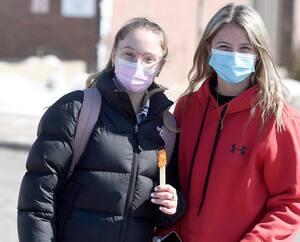 Aussi élève de cinquième secondaire, Megan Ouellet (à gauche), en compagnie de son amie Mariève Labbé, estime qu'«il y a des pour et des contre» au retour en classe à temps plein en ce temps de pandémie, mais que «ça va être bien pour notre réussite scolaire».