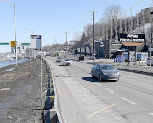 Les arrêts ouest et est sur la rue Frank-Carrel, à Québec, sont en nomination pour le concours de l'arrêt de bus le plus désolant. Deux autres arrêts ont été soumis, mais n'ont pas été retenus par le concours de Streetsblog.