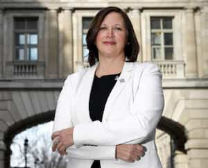 La députée Isabelle Lecours siégera au comité visant à enrayer les crimes contre les femmes et les féminicides, créé par le gouvernement Legault en réponse aux nombreux meurtres de femmes survenus en début d'année. Elle confie avoir longtemps vécu de la violence conjugale aux mains de son ex-conjoint.