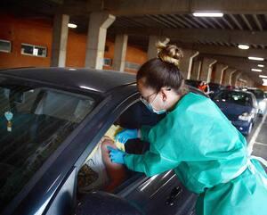 En Espagne, des travailleurs de la santé ont inoculé des gens assis dans leur véhicule, la semaine dernière.