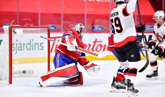 Impuissant, Carey Price regarde la rondelle qui glisse derrière lui après avoir été battu par un tir d'Evgenii Dadonov.
