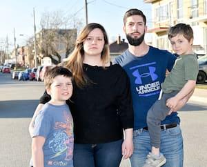 Émilie Provost, Francis Clermont et leurs deux enfants, Mathéus et Willem, ont finalement réussi à trouver un 5 ½ abordable à Laval, après des mois de recherches et beaucoup de discrimination.