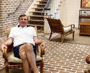 Dans le lobby du prestigieux club Colleton River, à Hilton Head, Serge Savard prend ses aises pour répondre aux questions de notre journaliste.