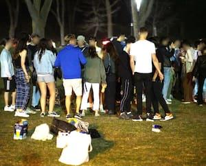 Des jeunes étaient présents en grand nombre au parc La Fontaine, à Montréal, pour profiter de la dernière soirée avec le couvre-feu à 21h30.