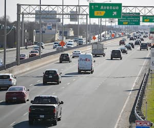 L'autoroute de la Capitale sur cette photo fait partie d'un vaste réseau routier qui parcourt la région de Québec.