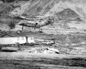 Un hélicoptère de la base de Bagotville, avec à son bord des militaires, cherche des survivants parmi les décombres des maisons.