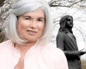 Nicole Lavigne et la statue de Pierre-Boucher dans le jardin de l'hôtel de ville de Boucherville.