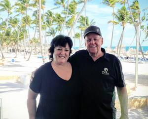 Gisèle Beaudoin, une chanteuse country de 70ans, est décédée de la COVID-19 samedi. Sur cette photo, la femme de Drummondville est accompagnée de son mari, Bertrand Bibeau, lors d'un voyage à Punta Cana, en République dominicaine, en 2019.
