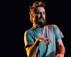 Avec sa barbe et ses cheveux hirsutes, David Bouchard incarne avec aplomb le personnage principal de La bête à sa mère.