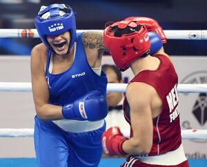 Tammara Thibeault (en bleu) lors d'un combat chez les 75 kg à New Delhi en 2018. Elle affronte présentement des hommes à l'entraînement parce qu'il est difficile de dénicher des partenaires en raison des restrictions sanitaires reliées à la pandémie.