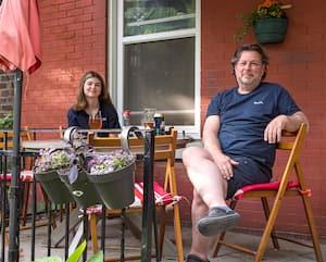 Après l'annonce du plan de déconfinement, Marika et André Grenier avaient le sourire aux lèvres en profitant de leur terrasse.
