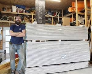 Certains entrepreneurs prévoyants parviennent à traverser la période de pénurie de matériaux sans trop de mal, grâce à leurs réserves constituées il y a plusieurs mois déjà. C'est le cas de Mathieu Clément, de Construction Mathieu Clément, de Pincourt.