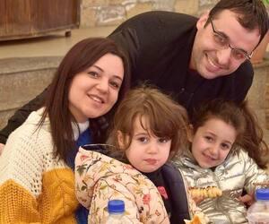 Khaled Abu-Shabaan, ses filles, Lilya (à gauche) et Hana, et son épouse, Rose, à Gaza.