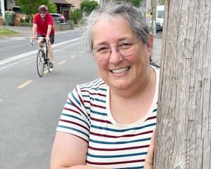 Corinne Tastayre près d'un des 97poteaux qui encombraient il y a encore deux ans la piste cyclable de l'est du boulevard Gouin.