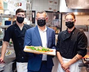 Le v.-p. exécutif des Restaurants Pacini, Laflèche Francoeur, entouré de William Sargent et de Jonathan Harpin, tous deux cuisiniers du Pacini de Sainte-Julie, en Montérégie.