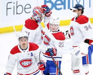 Les joueurs félicitent Carey Price après la victoire de 1-0 sur les Jets de Winnipeg lors du deuxième match de la série de deuxième tour, hier.