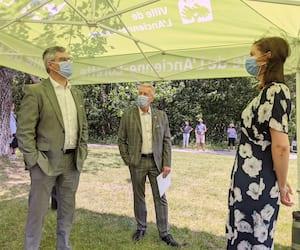 Le maire de L'Ancienne-Lorette, Gaétan Pageau (au centre) en compagnie des ministres Éric Caire et Geneviève Guilbault, lors de l'annonce lundi. «Maintenant, nous pouvons élaborer des projets adaptés au 21e siècle», s'est réjoui le maire.
