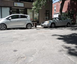 Plusieurs rues de Montréal sont en piètre état, comme ici la rue Faillon, dans le quartier Villeray. La Ville veut responsabiliser ses arrondissements en coupant les budgets.