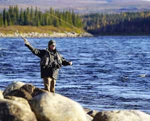 L'Auberge Wedge Hills est située juste au-dessus du 57e parallèle au Nunavik, dans le nord du Québec. Elle est perchée au sommet d'une colline surplombant la rivière George, un cours d'eau bien connu pour la pêche au saumon atlantique et à la truite mouchetée.