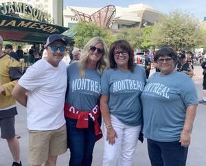 Des proches du défenseur du Canadien Jeff Petry ont fait le voyage jusqu'à Las Vegas. On peut voir Brad Yochum, Teresa Petry Yochum, Christine Petry et une amie de la famille.