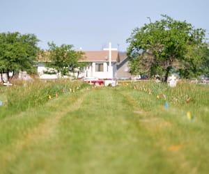 Des drapeaux marquent l'endroit où les restes de plus de 750 enfants ont été retrouvés, sur le site de l'ancien pensionnat Marieval, en Saskatchewan, qui a hébergé des autochtones. En mortaise, des recherches y sont menées avec un géoradar.