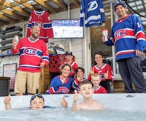 Les enfants Liam, Philippe, Gabriel, Olivier, Anthony et Alexis et les parents Joël, André et Annie vivant la finale entre le spa et la piscine.
