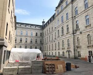 L'Assemblée nationale projette un agrandissement de ses aires de restauration dans sa cour intérieure. Une terrasse de 100places, des salons privés, des aires de jeux sont prévus dans le projet.