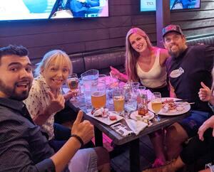C'était la fête, hier, au restaurant-bar le Quartier Général sur le boulevard Charest à Québec. Mégan Lagacé (2e à partir de la droite) s'est bien amusée avec les membres de sa famille.