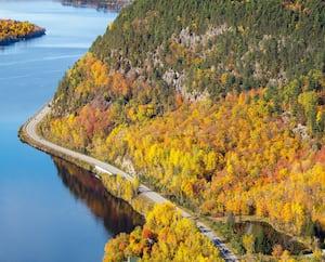 La route 155 longe quasi de tout son long la rivière Saint-Maurice, entre Grandes-Piles et La Tuque.