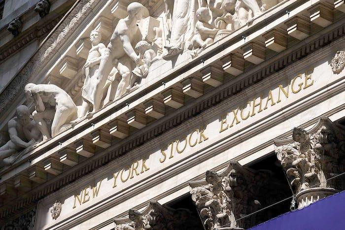 Les trois plus importants indices boursiers new-yorkais, le S&P 500, le Dow Jones et le Nasdaq ont tous connu des hausses spectaculaires depuis le creux du 23 mars 2020, au début de la pandémie. Ici, la Bourse de New York, il y a quelques jours.