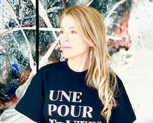 Isabelle Huot porte le t-shirt à l'effigie de l'initiative Une pour toutes, qui vise à afficher son soutien aux victimes.