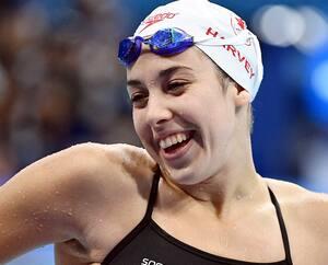 Mary-Sophie Harvey qui rit avec des coéquipières en marge d'un entraînement à la piscine olympique dimanche dernier.
