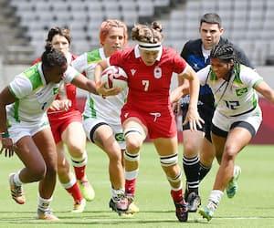 La Canadienne Karen Paquin pourchassée par des rivales du Brésil lors d'un match de qualifications jeudi dernier.